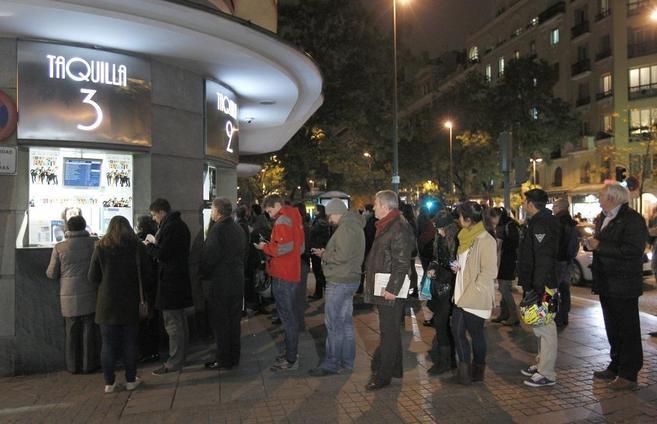 Un grupo de espectadores hace cola para sacar entradas el martes por...