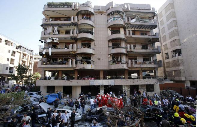 Soldados libaneses y personal de emergencias, en el lugar del atentado...