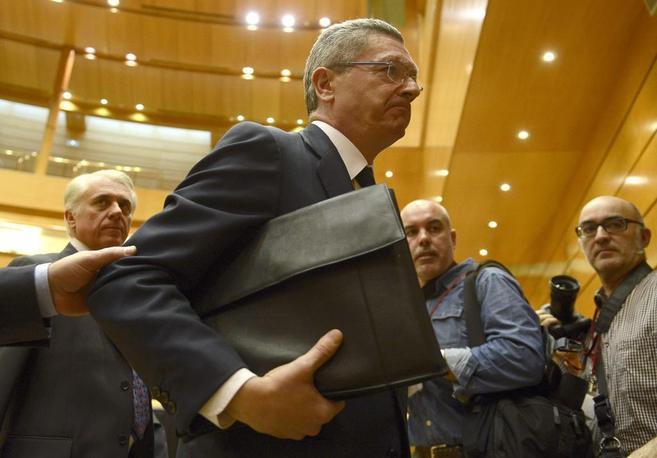 El ministro de Justicia, Alberto Ruiz-Gallardón, ayer en el Senado,...