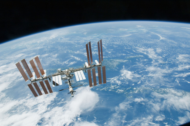La Estación Espacial Internacional  bajo el fondo de la Tierra. |