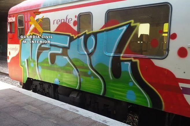 Uno de los trenes de la comarca del Alto Palancia pintado...