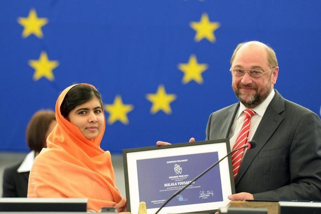 Malala recibe el Premio Sajarov de manos del presidente de la...
