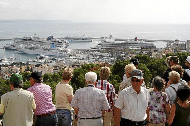 Turistas de crucero en el Castell de Bellver observan la capital...