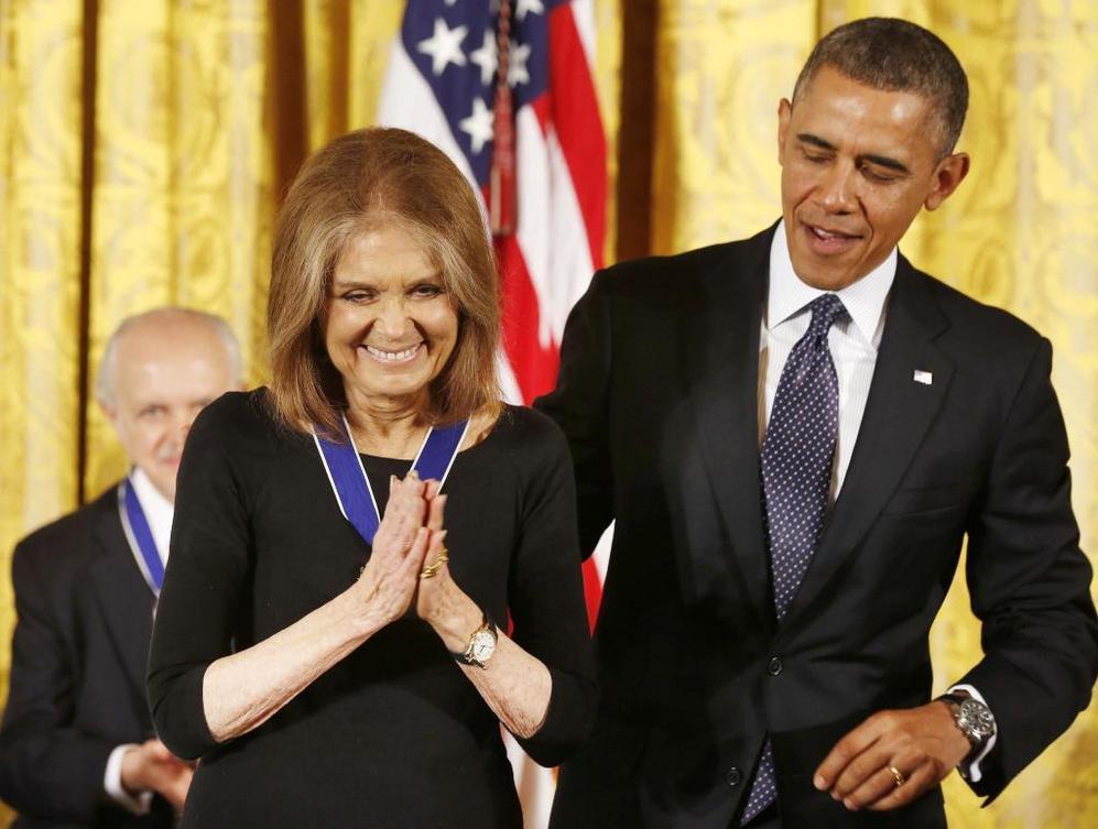 El presidente se dispone a imponer la Medalla de la Libertad a la...