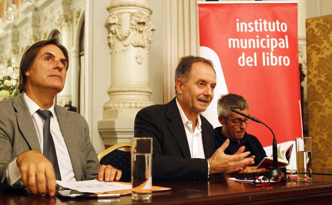 Antonio Soler, en el centro, en la presentación de la novela.