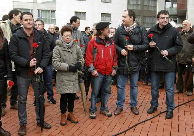 El presidente de Sortu, Hasier Arraiz, ayer en Bilbao junto a la...