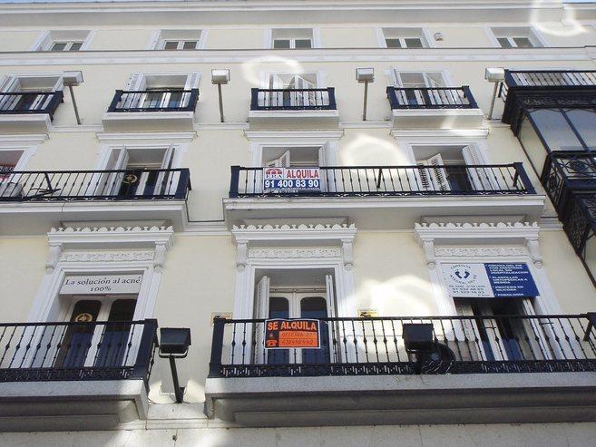 Varios carteles de 'Se alquila' colgados en balcones de...