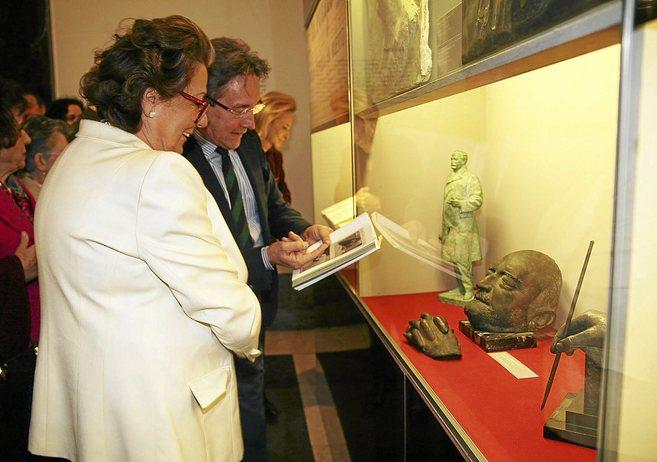 Rita Barberá y Ricard Bellveser visitan la muestra en la sala...