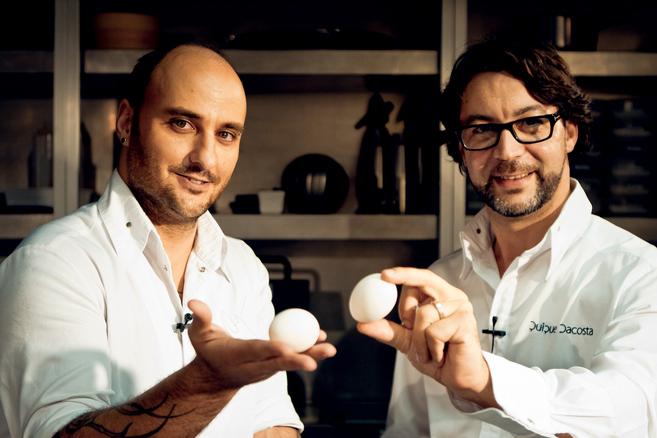 A la derecha, el cocinero Quique Dacosta, batuta gastronómica de El...