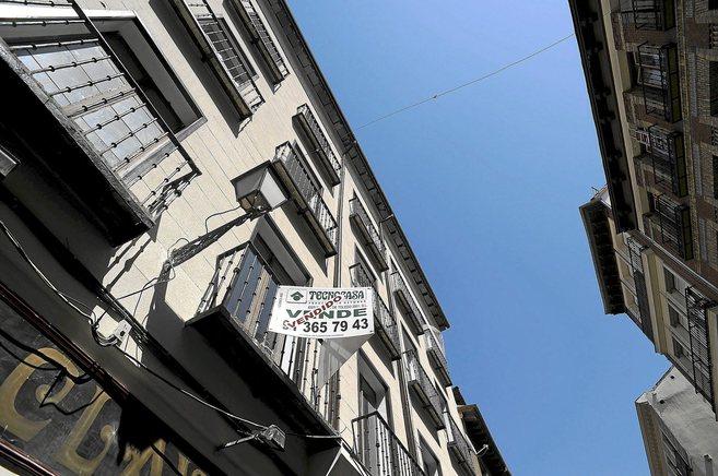 Piso con el cartel de 'Vendido' en Madrid.