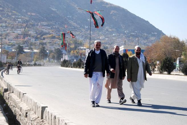 Unos afganos, en una calle de Kabul cerrada al tráfico por la Gran...