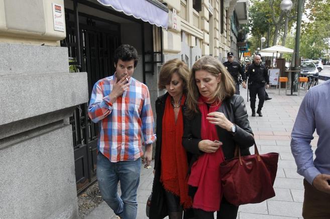 Rosalía Iglesias, con su abogada y su hijo.