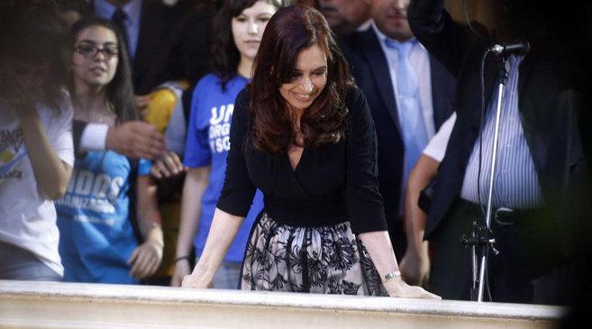 La presidenta argentina, con camisa negra y falda color perla con...
