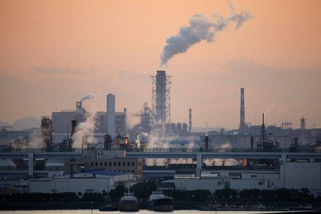 Emisiones contaminantes de fábricas en una zona industrial de Tokio.
