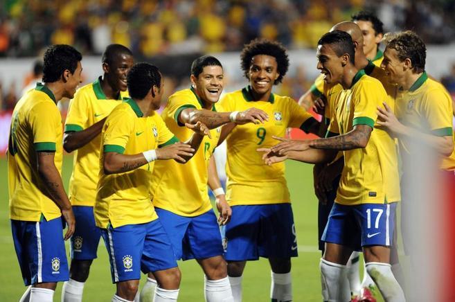 Los jugadores de Brasil celebran un gol en el amistoso disputado ante...