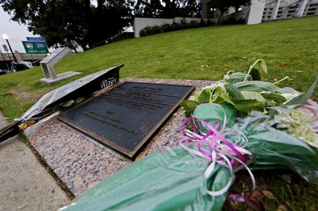 Un ramo de flores recuerda el lugar donde se asesinó a Kennedy en la...
