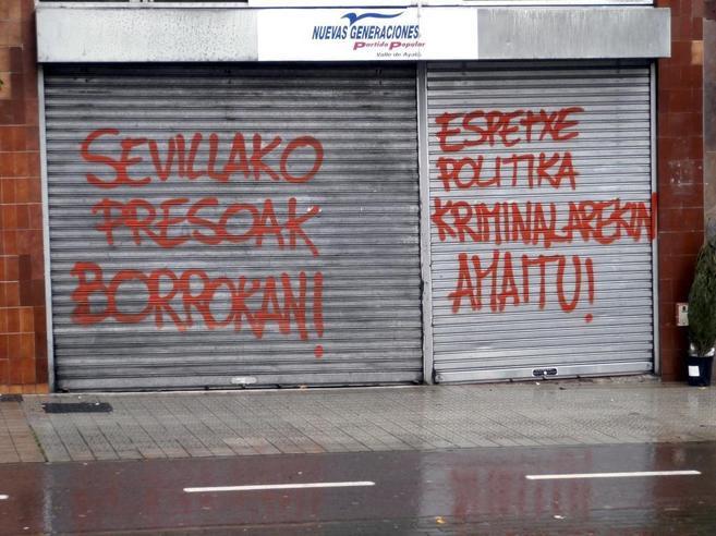 Pintadas por los presos en la sede del PP de Amurrio (Álava).
