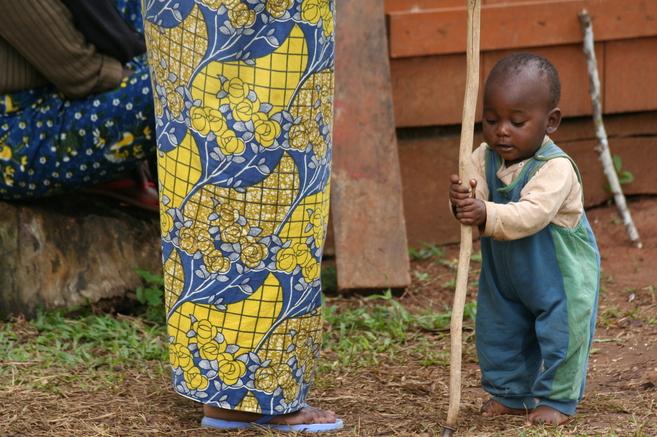 Un niño juega en un jardín en Yaoundé.