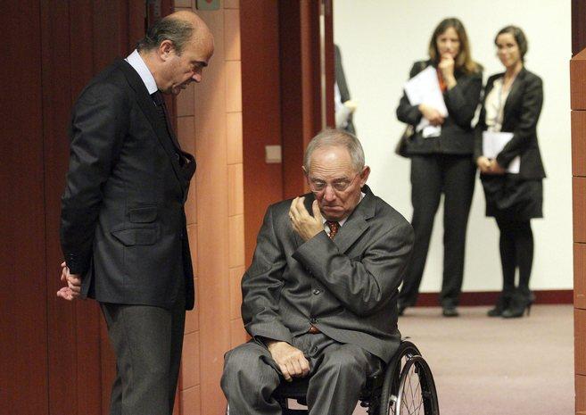 El ministro Luis de Guindos charla con el titular de Finanzas alemán,...