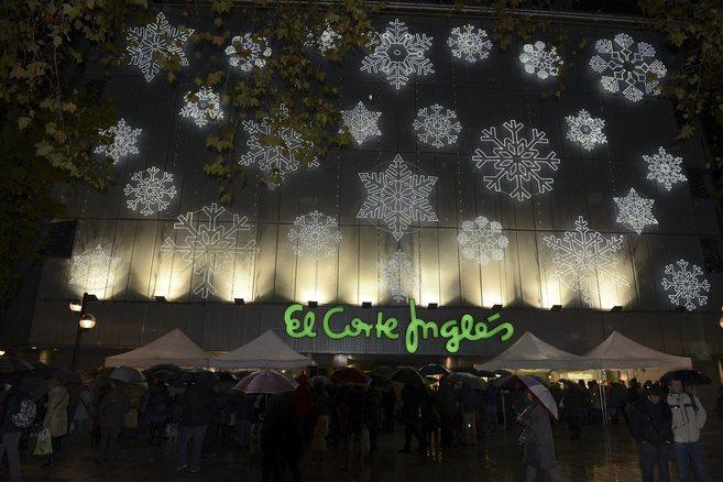 La luces navideñas iluminando el establecimiento en Vitoria,