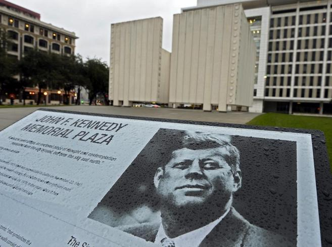 Un cartel explicativo frente al memorial de JFK en Dallas.