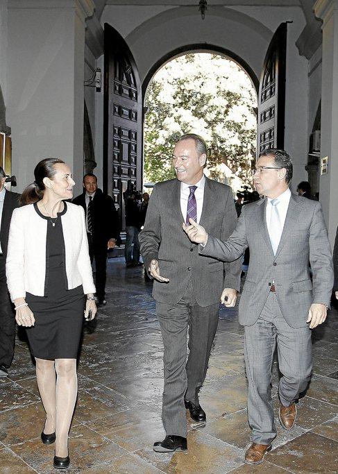 La presidenta del TSJ Pilar de la Oliva junto al presidente Fabra y...