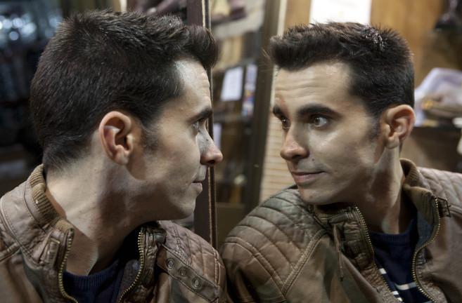 Andrés, de 28 años, mira al espejo e intenta reconstruir la cara que...