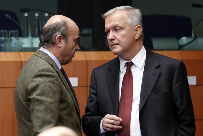 El ministro de Economía, Luis de Guindos, junto con el comisario de...