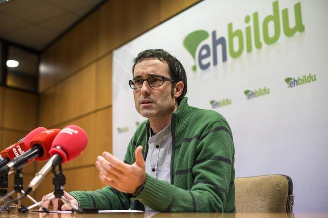 El representante de EH Bildu Julen Arzuaga en su comparecencia en...