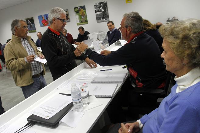 Socios de la Federación, emitiendo su voto.