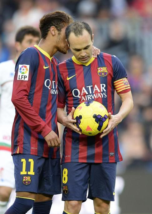 Neymar conversa con Iniesta poco antes del gol del manchego.