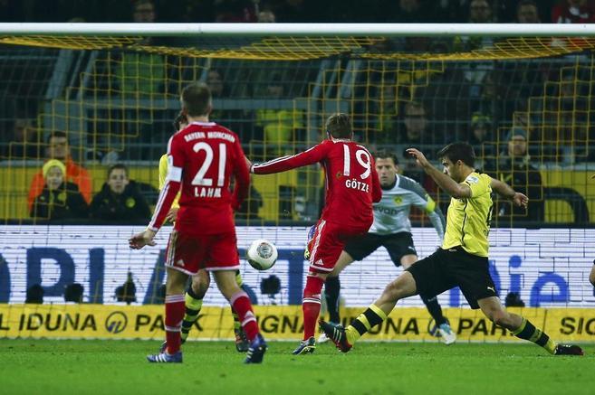 Götze (C) marca el primer gol del Bayern en Dortmund.