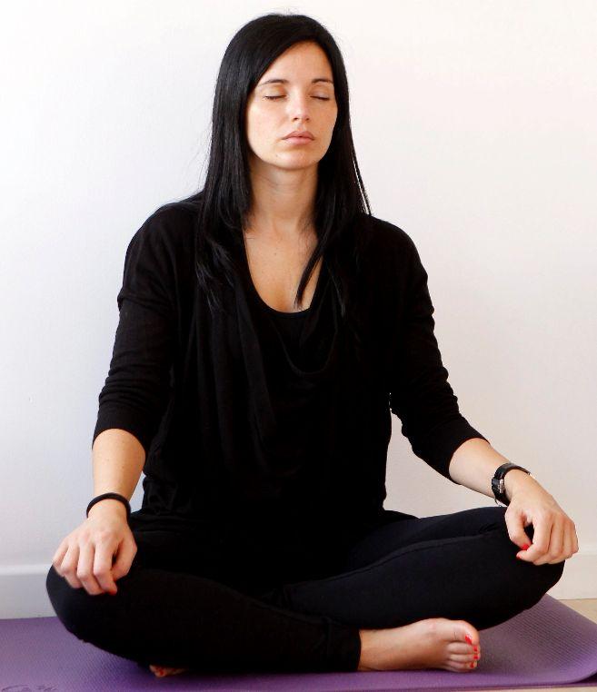 Una joven participa en una clase de meditación en Madrid.