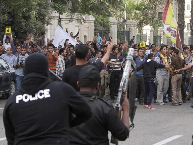 La policía egipcia reprime a los estudiantes que se manifiestan...