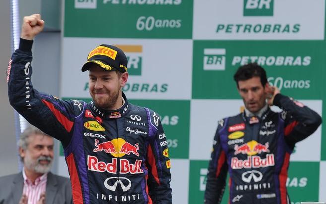 Vettel celebra su victoria en el podio del GP Brasil.