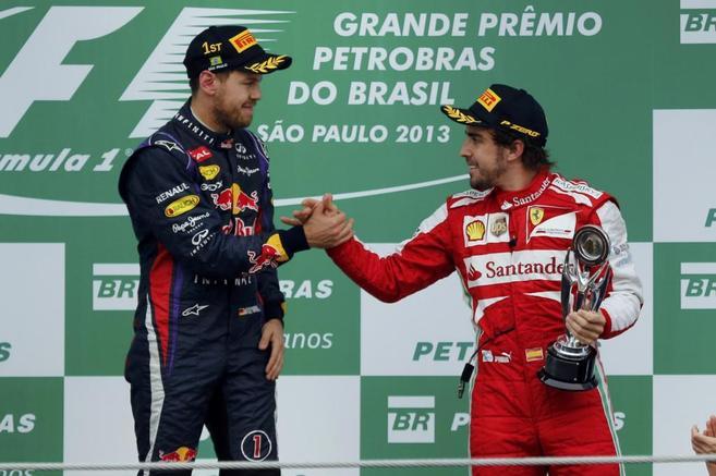 Sebastian Vettel saluda a Fernando Alonso en el podio de Interlagos.