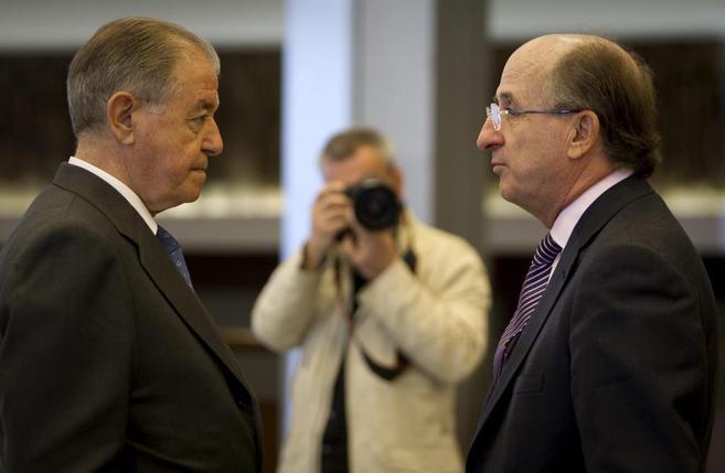 El presidente de Gas Natural, Gabarró, junto con el presidente de...