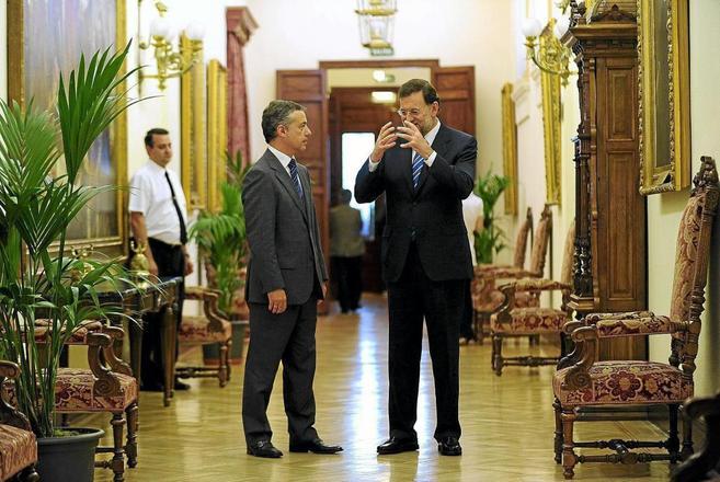 Íñigo Urkullu y Mariano Rajoy, conversando en los pasillos del...