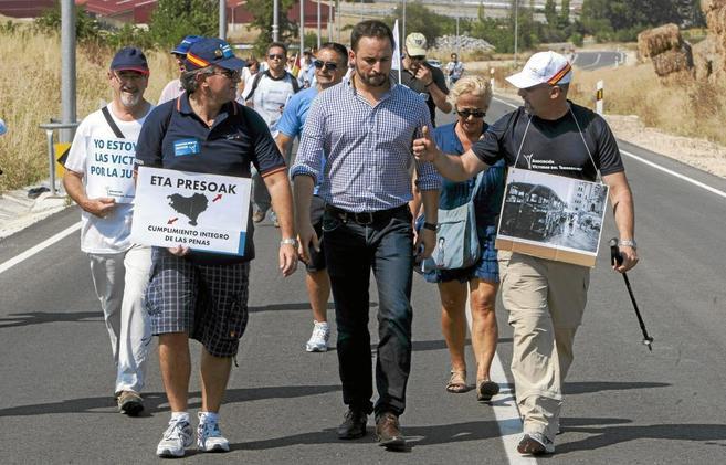 Santiago Abascal, en el medio, durante una marcha contra la política...