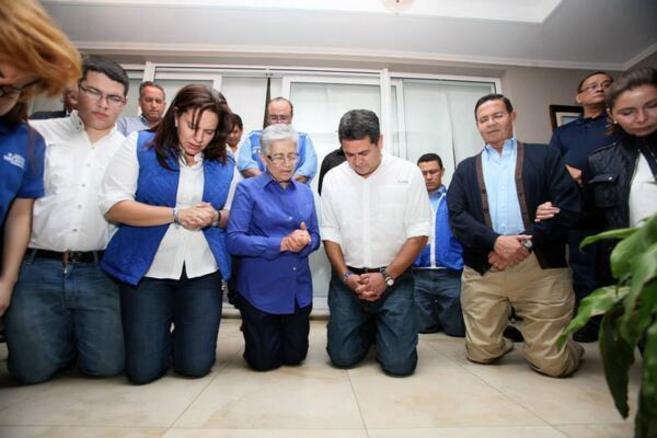 Juan Orlando y su familia rezan mientras esperan los resultados del...