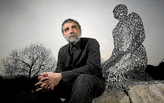 El escultor catalán Jaume Plensa, junto a una de sus famosas...