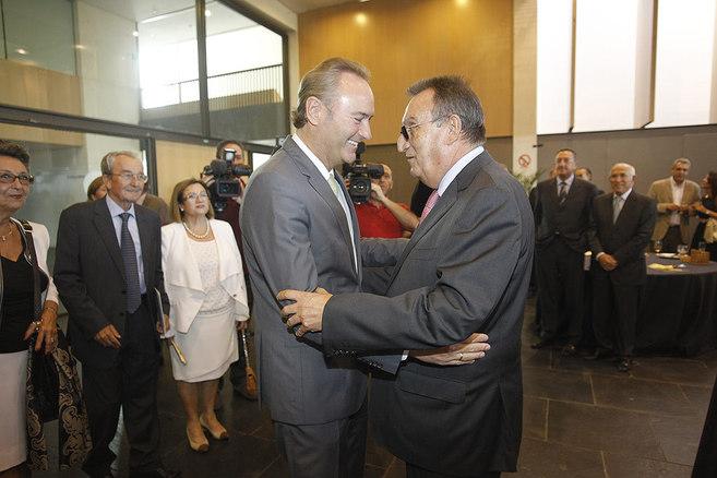 El presidente de la Generalitat, saluda al ex presidente de la...