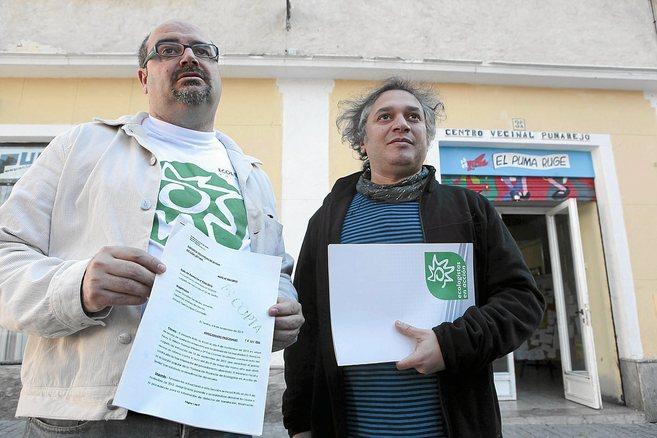 Isidoro Albarreal y Eduardo Gutiérrez muestran el auto que procesa a...