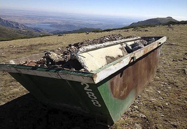 Escombros acumulados para ser retirados en La Bola del Mundo.