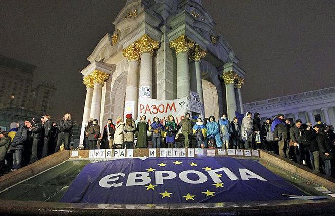 Manifestantes rodean el monumento de Berehynia, en Kiev, con una...