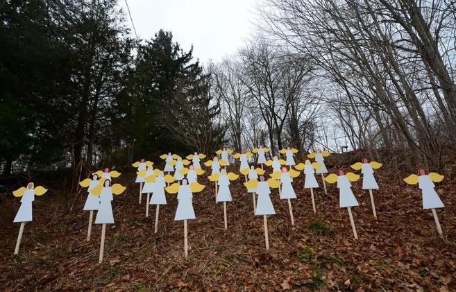 27 ángeles de madera recuerdan a las víctimas en Newtown.