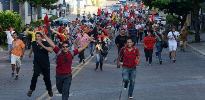 Seguidores del partido LIBRE protestan tras conocerse los resultados...