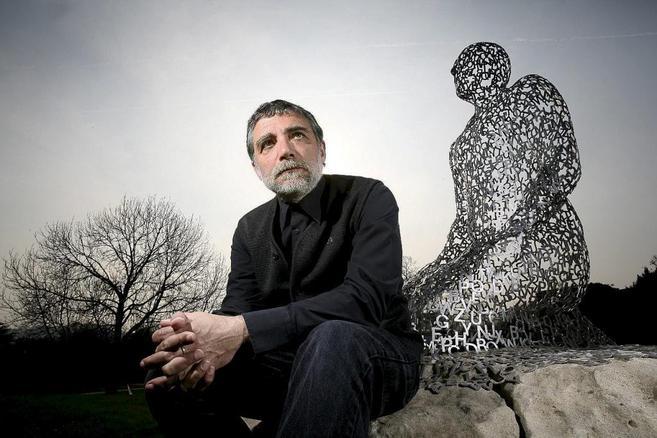 Jaume Plensa junto a una de sus obras en el parque escultórico de...