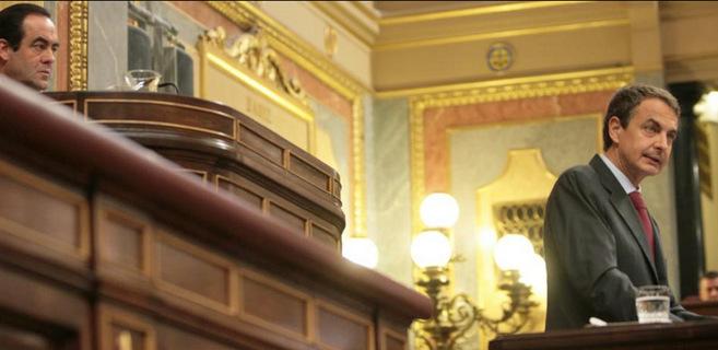 Zapatero en la tribuna el día que anunció los recortes.