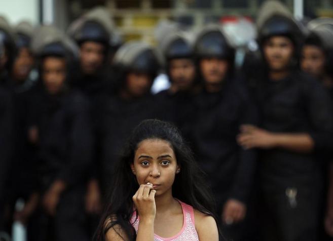 Una joven activista frente a una grupo de antidisturbios durante uan...